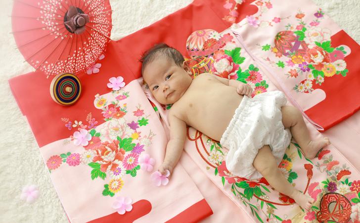 着物の上に寝そべる赤ちゃん