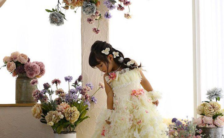 花をのぞき込む女の子