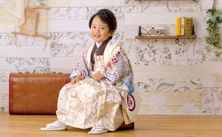 袴姿で座る男の子