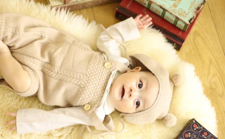 ポンポンが付いている帽子を被った赤ちゃん
