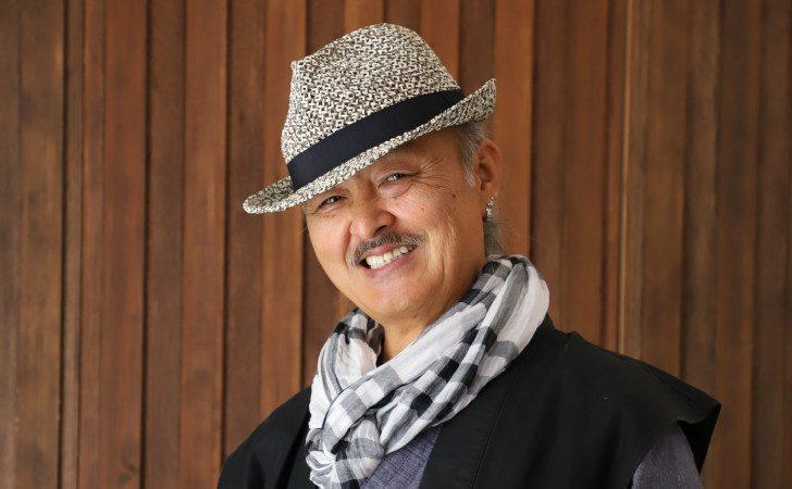 和装に帽子を被った男性