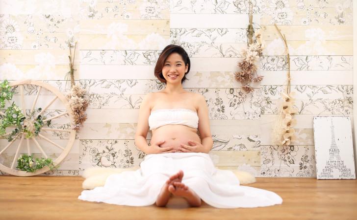 白いドレスを着た妊婦さん