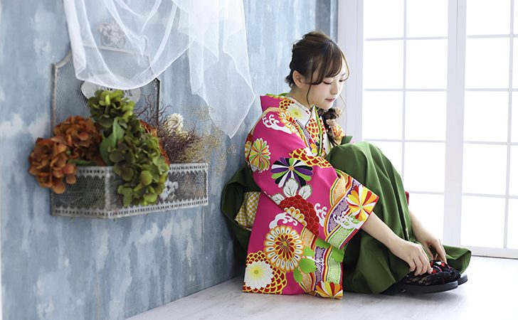 袴に草履の女性