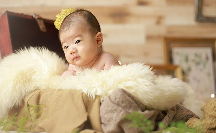 冠を被っている赤ちゃん